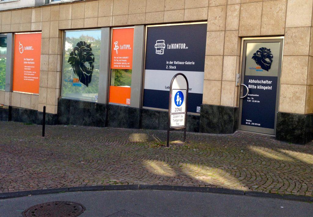 Außenansicht des talKONTORS: zentrale Abholstelle inkl. behördlich genehmigter Haltebucht (Foto: Andreas Haderlein)